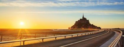Camino a Mont Saint Michel en la puesta del sol Fotografía de archivo libre de regalías