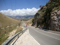 Camino nacional del pueblo de Himara, Albania del sur Imagen de archivo libre de regalías