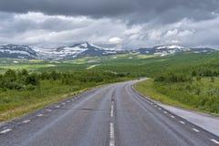 Camino nacional 95 en Suecia en acercamiento de la frontera noruega Merkenisvuopmekietje Valles del bosque de la tundra y escandi imágenes de archivo libres de regalías