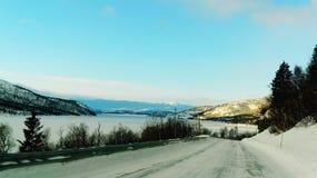 Camino nevado con Mountain View Imagen de archivo
