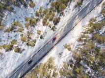 Camino nevado con un coche móvil en invierno Imagen de archivo