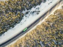 Camino nevado con un coche móvil en invierno Fotos de archivo libres de regalías