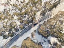 Camino nevado con un coche móvil en invierno Imágenes de archivo libres de regalías