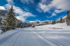 Camino nevado en el valle en invierno, montañas de Chocholowska de Tatra Imagen de archivo