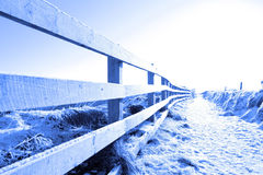 Camino nevado frío en caminata cercada acantilado Imagen de archivo