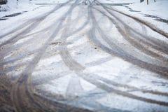Camino nevado, las marcas de ruedas Foto de archivo libre de regalías