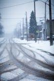 Camino nevado, las marcas de ruedas Fotos de archivo libres de regalías
