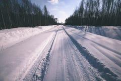 camino nevoso del invierno cubierto en nieve profunda - la apariencia vintage corrige Imagenes de archivo