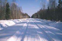 camino nevoso del invierno cubierto en nieve profunda - la apariencia vintage corrige Imagen de archivo libre de regalías