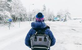 Camino nevoso del invierno de la mochila de la mujer joven de Suecia de la forma de vida del viaje fotografía de archivo libre de regalías
