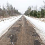 Camino nevoso del país en invierno Imágenes de archivo libres de regalías