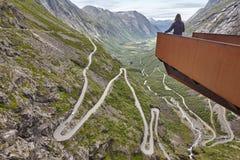 Camino noruego de la montaña Trollstigen Punto de vista del turista de Noruega Fotos de archivo