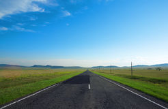 Camino, nubes y el cielo azul Fotos de archivo