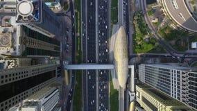 Camino ocupado de la carretera y arquitectura moderna de la ciudad urbana de Dubai en panorama aéreo superior magnífico del abejó almacen de metraje de vídeo
