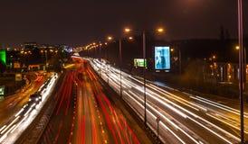 Camino ocupado en la noche almacen de video
