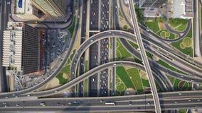 Camino ocupado largo de la carretera en panorama urbano futurista de la ciudad de Dubai en sorprender la opinión aérea superior d almacen de metraje de vídeo
