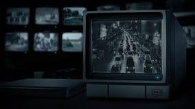 Camino ocupado a través de la ciudad en monitor del CCTV metrajes