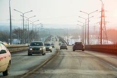 Camino público del camino para los vehículos de transporte en luz del sol Foto de archivo