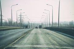 Camino público del camino para los vehículos de transporte en un fondo natural Fotos de archivo libres de regalías
