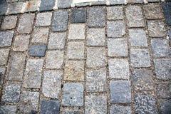 Camino pavimentado con las piedras de pavimentaci?n Cobbles el fondo fotos de archivo libres de regalías