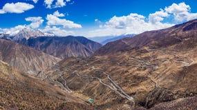 Camino peligroso de la montaña en meseta tibetana Imagenes de archivo