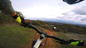 Camino peligroso en declive extremo Biking del campo de la bici de montaña del deporte del montar a caballo en declive en punto d almacen de video