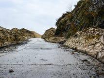 Camino peligroso a través de rocas de la montaña en Naran Kaghan Valley, Paquistán Fotografía de archivo