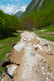 Camino pesadamente dañado de la montaña fotos de archivo