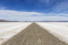 Camino plano de la sal del desierto de Mojave Fotos de archivo libres de regalías