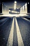 Camino por el puente iluminado en la noche Fotografía de archivo
