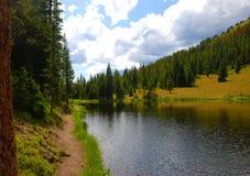 Camino por un lago en los Rockies fotografía de archivo