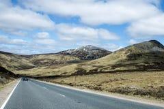 Camino que conduce la montaña Escocia Reino Unido 3 de las montañas Imagenes de archivo