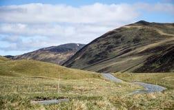 Camino que conduce la montaña Escocia Reino Unido 2 de las montañas Imagen de archivo libre de regalías