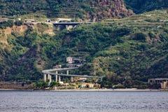 Camino que curva abajo a la costa italiana Foto de archivo
