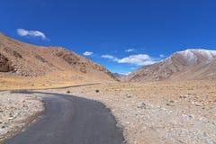 Camino que curva largo Foto de archivo