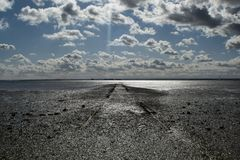 Camino que entra el mar imagenes de archivo