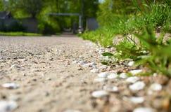 Camino que entra la distancia con el fondo borroso foto de archivo libre de regalías