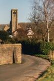 Camino que lleva adentro a la pequeña ciudad de Damme con la iglesia Imagen de archivo libre de regalías