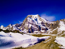 Camino que lleva al pico de montaña Foto de archivo libre de regalías