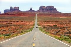 Camino que lleva en el valle del monumento Foto de archivo