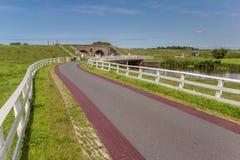 Camino que lleva a la cerradura histórica de Aduarderzijl Imagen de archivo libre de regalías