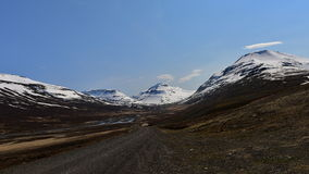 Camino que lleva a la montaña de la nieve en Islandia Imagen de archivo