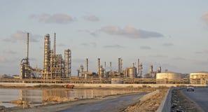 Camino que lleva a la planta de productos petroquímicos Imagenes de archivo