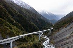 Camino que lleva a las montañas imagenes de archivo