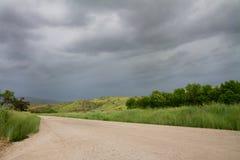 Camino que lleva a una tierra nublada Imagen de archivo