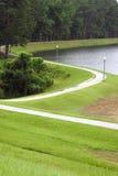 Camino que recorre alrededor del lago Imagen de archivo libre de regalías