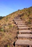 Camino que recorre pedregoso en canto de la montaña fotografía de archivo