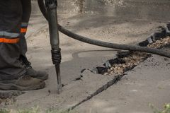 Camino que repara trabajos con el martillo perforador Fotografía de archivo libre de regalías