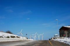 Camino que va a las turbinas de viento Fotos de archivo libres de regalías
