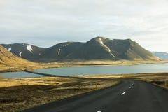 Camino que viaja a través de Islandia Imagen de archivo libre de regalías